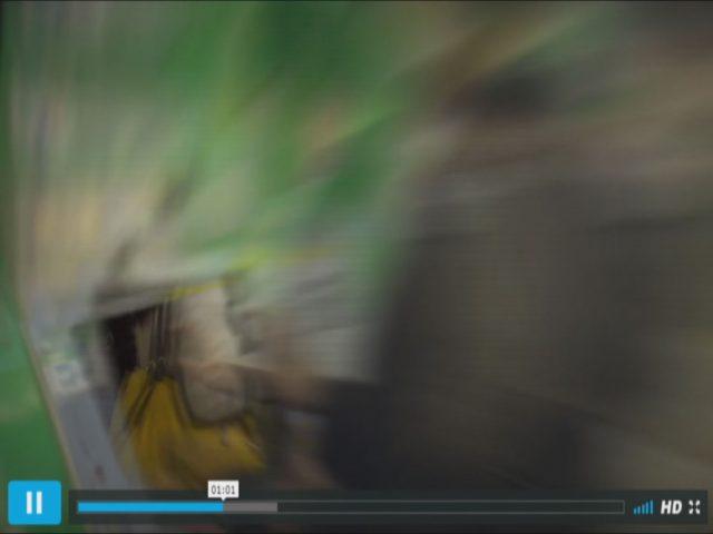 駅の切符販売機のモニターだけ次のカットの画が映っています