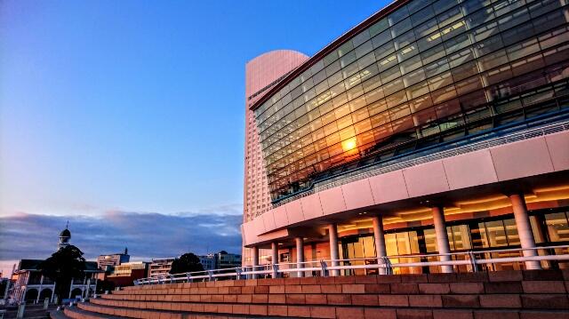 朝日を浴びるパシフィコ横浜